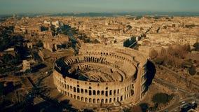 Tiro aéreo do Colosseum, o marco o mais visitado de Roma, Itália video estoque