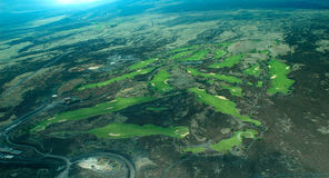 Tiro aéreo do console grande - campo de golfe litoral foto de stock royalty free