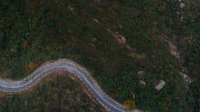 Tiro aéreo do grupo da motocicleta na estrada da montanha video estoque