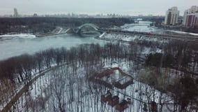 Tiro aéreo do inverno de Moscou com a ponte do rio e de estrada de ferro, Rússia video estoque
