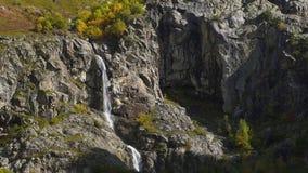 Tiro aéreo do movimento lento da cachoeira de espirro grande no verão Geórgia vídeos de arquivo