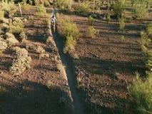 Tiro aéreo do movimento lento do motociclista na fuga do sudoeste do deserto filme