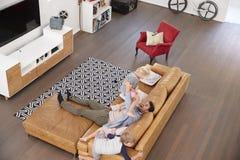 Tiro aéreo do pai Playing With Children na sala de estar Fotografia de Stock Royalty Free