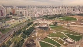 Tiro aéreo do parque da cidade da construção do zangão do voo na vizinhança nova vídeos de arquivo