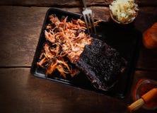 Tiro aéreo do prato puxado da carne de porco na bandeja imagem de stock royalty free