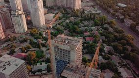 Tiro aéreo do zangão Aumente acima da construção dos prédios na área tornando-se da cidade grande Por do sol filme