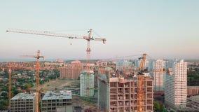 Tiro aéreo do zangão Construção dos prédios na área tornando-se de uma grande cidade Tiro do por do sol Decole filme