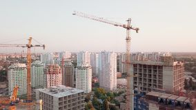 Tiro aéreo do zangão Construção dos prédios na área tornando-se de uma grande cidade Tiro do por do sol Período acima vídeos de arquivo