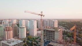 Tiro aéreo do zangão Construção dos prédios na área tornando-se de uma grande cidade Tiro do por do sol Período acima video estoque