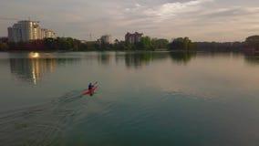 Tiro aéreo do zangão da canoa no lago Adultos novos filme