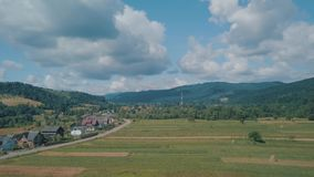 Tiro aéreo do zangão perto do dia ensolarado da temporada de verão da paisagem da montanha video estoque