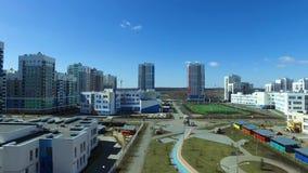 Tiro aéreo do zangão que voa sobre prédios de apartamentos residenciais footage Complexo residencial moderno com próprio video estoque