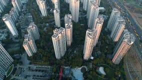 Tiro aéreo do zangão sobre prédios de apartamentos residenciais no por do sol Tiro aéreo sobre o complexo de apartamentos da comu filme