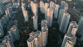 Tiro aéreo do zangão sobre prédios de apartamentos residenciais no por do sol Tiro aéreo sobre o complexo de apartamentos da comu video estoque