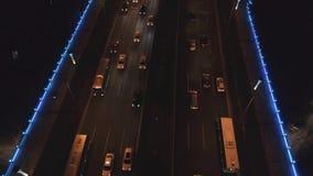 Tiro aéreo do zangão do tráfego da noite dos veículos de estrada Vista da ponte da estrada da passagem superior à estrada de quat video estoque
