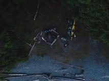 Tiro aéreo dos caiaque e do acampamento na praia Foto de Stock Royalty Free