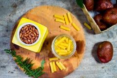 Tiro aéreo dos feijões na lata cerâmica amarela foto de stock royalty free