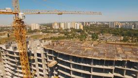 Tiro aéreo dos trabalhadores em uma construção, estrutura no processo a ser construção video estoque