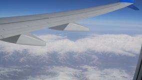 Tiro aéreo e video de montanhas caucasianos neve-tampadas do avião filme