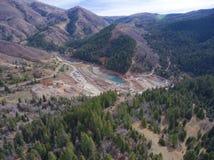 Tiro aéreo en montañas de la construcción de la presa Foto de archivo libre de regalías