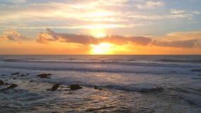 Tiro aéreo estático en la puesta del sol sobre costa atlántica portuguesa hermosa, almacen de video