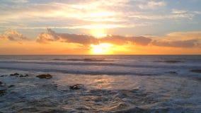 Tiro aéreo estático en la puesta del sol sobre costa portuguesa hermosa almacen de video