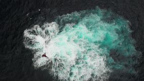 Tiro aéreo Filón de piedra volcánico en las aguas del océano Las ondas batieron en él que formaba una espuma blanca Garachico, Te almacen de metraje de vídeo