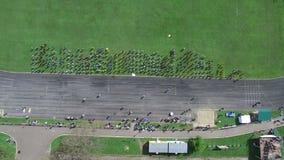 Tiro aéreo Grupo de personas en el estadio que hace ejercicios Calentamiento de los deportes de una altura La visión desde la tap almacen de video