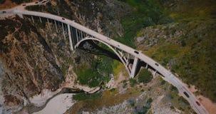 Tiro aéreo hermoso de la visión superior de la carretera icónica 1 en el puente de la cala de Bixby, Big Sur famoso California de metrajes