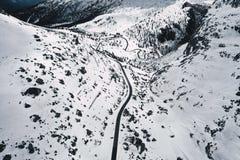 Tiro aéreo hermoso de un campo nevoso blanco fotografía de archivo