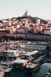 Tiro aéreo hermoso del muelle en Marsella, Francia con arquitectura que sorprende en el fondo foto de archivo libre de regalías
