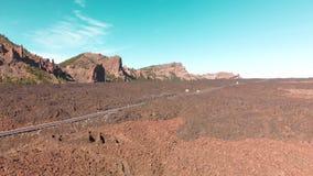 Tiro aéreo Ilhas Canárias, vulcão de Teide Parque nacional Estrada alpina com os carros da equitação no vale do deserto no vídeos de arquivo