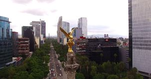 Tiro aéreo imponente del monumento del ángel de la independencia en Ciudad de México