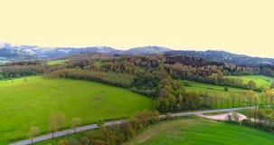 Tiro aéreo imponente sobre campos y prados verdes enormes en el campo