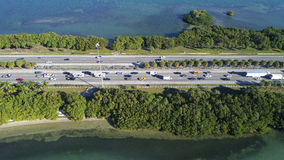 Tiro aéreo Julia Tuttle Causeway Miami Beach FL fotografia de stock royalty free