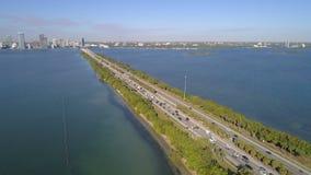 Tiro aéreo Julia Tuttle Causeway Miami Beach FL fotografia de stock