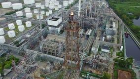 tiro aéreo 4K de llamas de la pila en la refinería de petróleo metrajes