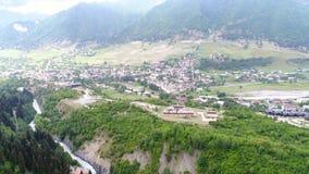 tiro aéreo 4k de Mestia y de montañas almacen de metraje de vídeo
