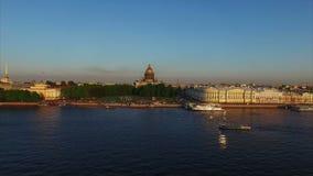 tiro aéreo 4k de St Petersburg con la opinión sobre el río Neva y la catedral de Isaacs almacen de metraje de vídeo