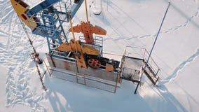 tiro aéreo 4K de una bomba Jack producción petrolífera en la región septentrional El equipo actúa en la temperatura del menos metrajes