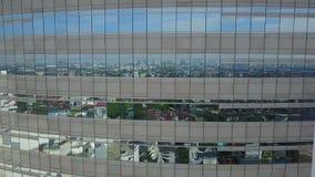 tiro aéreo 4K de una reflexión de espejo en el edificio almacen de video
