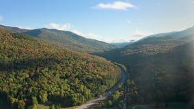 Tiro aéreo a lo largo del camino blanco de la montaña en New Hampshire metrajes