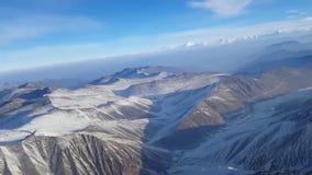 Tiro aéreo maravilloso del abejón de la gama de cadena grande de la roca de la montaña del top del acantilado de piedra nevado de metrajes