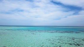 Tiro aéreo Oceano brilhante sob a luz solar da alta altitude, onda do mar Nuvens bonitas filme