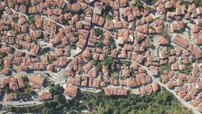 Tiro aéreo Olhe de cima nas casas com os telhados vermelhos em Grécia filme