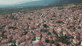 Tiro aéreo Olhe de cima nas casas com os telhados vermelhos em Grécia video estoque