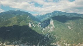 Tiro aéreo Olhe de cima nas montanhas em Grécia video estoque