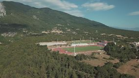 Tiro aéreo Olhe de cima no campo de futebol em Grécia video estoque