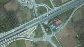 Tiro aéreo Olhe de cima nos carros que montam ao longo da estrada em Grécia vídeos de arquivo