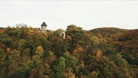 Tiro aéreo: outono incrível nas ruínas de um castelo antigo vídeos de arquivo